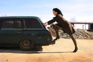 mujer empujando vehículo